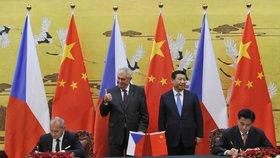 Zemanův palec nahoru: Prezidenti Česka a Číny přihlíželi podpisu několika mezinárodních smluv o spolupráci