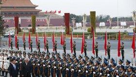 Zemanovi se v Číně dostalo vojenských poct. Setkal se se svým čínským protějškem Si Ťin-pchingem