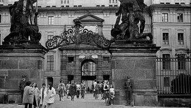 Život za socialismu: Prohlídka Pražského hradu. Rok 1971