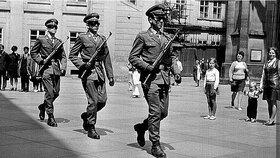 Život za socialismu:  Prohlídka Pražského hradu, rok 1971. Výměně stráží bedlivě přihlížela i rodina pana Klímy, manželka a dvě dcery.