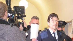 Střílející strážník se před novináři kryl papíry. Na dotazy nereagoval