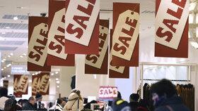 Slevy začínají nejdřív v e-shopech, v sobotu i v kamenných obchodech.