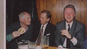 Havel při setkání se spisovatelem Hrabalem a americkým exprezidentem Clintonem
