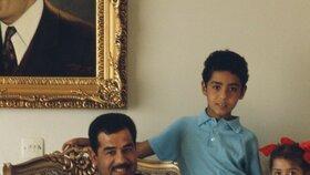 Raghad (úplně vpravo) ve společnosti otce a sourozenců jako malá holčička.
