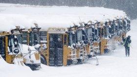Řidiči odklízející sníh ze školních autobusů v americkém Derry.