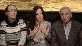 Zleva: sestra Zuzana Sovková, Eva Michaláková a jejich tatínek Jiří Pavelka.