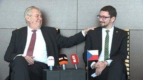 Miloš Zeman se svým hradním mluvčím Jiřím Ovčáčkem v Emirátech