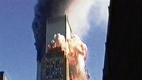 New York 11. září 2001, 9:03:01 – z letadlem zasažené budovy vyšlehnou vysoké plameny a během pouhých 60 minut se mrakodrap zřítí!