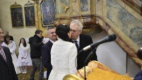 Svatba Mynáře s Alex: prezident Zeman líbá moderátorku Noskovou