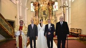 Svatba Mynáře s Alex: Společné foto novomanželů, svědků a oddávajícího faráře