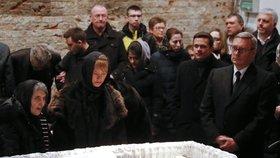 Truchlící nad rakví Borise Němcova