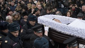 Rakev s Němcovovým tělem se vydala na cestu na hřbitov přes ulice Moskvy