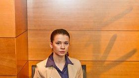 Ve slušivém kostýmku vypadá Mária Trošková jako mladá dáma...
