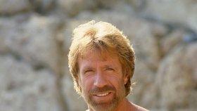 Božský Chuck Norris dřív rád dával své mužné tělo na odiv.