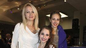 Šárka Grossová s dcerami během premiéry muzikálu Přízrak Londýna.