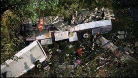Nejméně 42 lidí zahynulo při nehodě autobusu na jihu Brazílie.