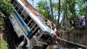 Vozidlo přepravující přes 50 cestujících se zřítilo z čtyřsetmetrového srázu.