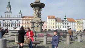 Překvapení obyvatelé Budějovic si fotili posprejovanou kašnu.