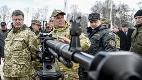 Ukrajinský prezident na inspekci armády.