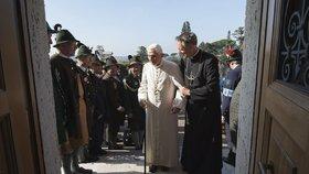 Papež Benedikt XVI. slavil narozeniny ve svém sídle Castel Gandolfo ležícím jižně od Říma.