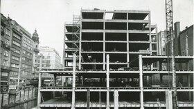 1973: stavba úspěšně pokračovala.