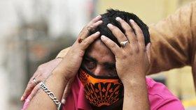 Zemětřesení v Nepálu: Zdrcený muž u těla své manželky v Káthmándú