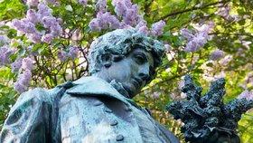 Máchova socha na Petříně by možná měla spíše držet zadnici milované Lori než kytici šeříků.