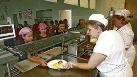 Některé sociálně slabé rodiny nemají peníze na obědy pro děti.