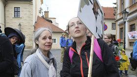 Protesty proti norské sociálce Barnevernet v Praze: Přišla i Táňa Fischerová. Vedle ní Zuzana Sovková, sestra Evy Michalákové.