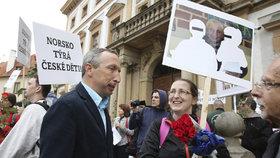 Protesty proti norské sociálce Barnevernet v Praze: Dorazil i Václav Klaus jr.