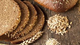 Celozrnný chleba je plný vlákniny a k snídani tak ideální.