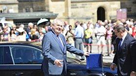 Zeman od začátku svého působení ve funkci prezidenta využívá vozů Škoda Auto. Podle Ovčáčka je firma hlavě státu půjčuje a pravidelně obměňuje. K dispozici má prezident limuzínu Superb a SUV model Kodiaq.