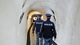 Policisté poté, co vylomili vstupní dveře, vstoupili do vily vchodovým tunelem.