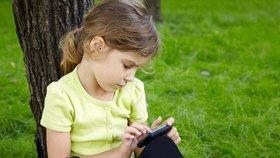 Mobilní technologie nemusí omezovat čtenářskou gramotnost dětí a jejich schopnost porozumět textu. (ilustrační foto)