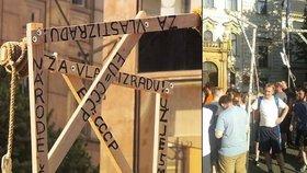 Na demonstraci proti imigrantům a islámu se objevily šibenice.
