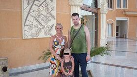 Rodina Petra K. pohromadě na jiné dovolené v Egyptě. Všichni vypadají šťastně.