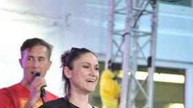 Lenka Dusilová během koncertu v Karlových Varech