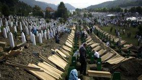 Hromadný pohřeb padlých v Srebrenici.