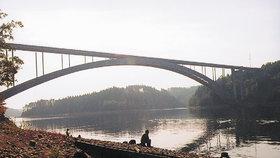Pod Žďákovským mostem skončilo několik obětí orlických vrahů.