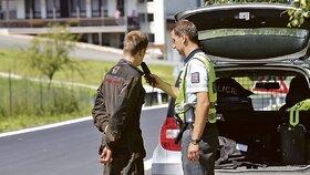 Praporčík Libor Vaněk kontroluje, zda řidič »nepožil«.