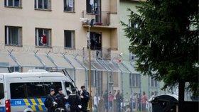 Stovky migrantů jsou nyní v uprchlickém zařízení v Bělé pod Bezdězem. Za ostnatým drátem a pod bedlivým dohledem policie.
