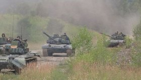 České tanky na cestě na nádraží, kde budou naloženy na vlak