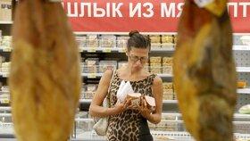 Supermarket v Moskvě. Rusko začíná likvidovat evropské potraviny
