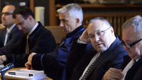 Bývalý generální ředitel společnosti Neograph Vladimír Sitta starší (druhý zprava) se svým synem stejného jména Vladimírem Sittou (zcela vlevo), který byl obchodním ředitelem firmy, čekají s právními zástupci na začátek jednání.