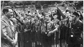 Hitlerjugend zdraví vůdce Adolfa Hitlera