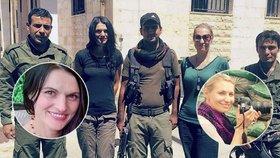 Češky Markéta Kutilová a Lenka Klicperová ve společnosti kurdských vojáků, kteří dohlíželi na jejich bezpečnost při příjezdu do Sýrie
