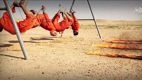 Láká je hlavně ISIS. Takhle ovšem islamisté vraždí své zajatce