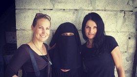 Reportérka Markéta Kutilová spolu s Lenkou Klicperovou při návštěvě Sýrie