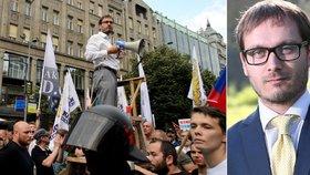Adam B. Bartoš na demonstraci proti uprchlíkům v Praze