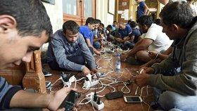 Uprchlíkům usnadňují cestu chytré telefony.